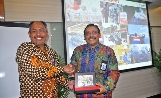 Direktur Operasi PT Pertamina Lubricants, Muhamad Irfan memberikan cenderamata ke Kepala BSN Bambang Prasetya usai mengunjungi PT Petamina Lubricants