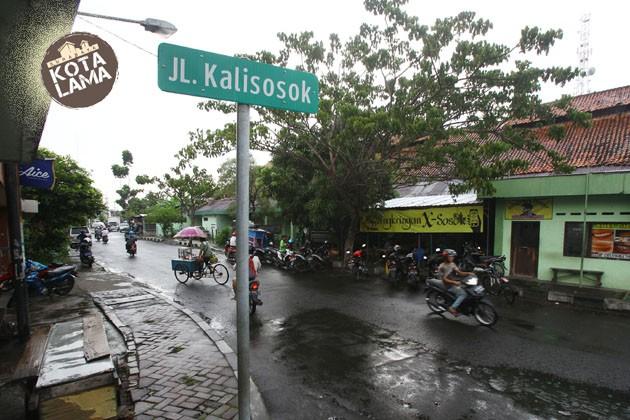 SAKSI BISU: Pengendara melintas di kawasan kota lama di Jalan Kalisosok, Selasa (23/1). Kawasan ini memiliki sejumlah bangunan lama yang bernilai sejarah.