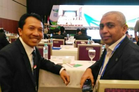TUAN RUMAH: Amir Burhannudin (kiri) Ketua PSSI Jatim Achmad Riyadh UB, Ph.D.