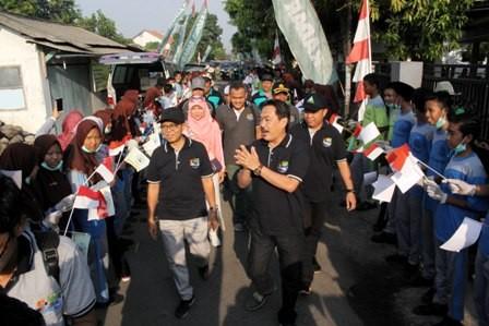Wabup Nur Ahmad Syaifuddin didampingi Kadis PUPR Sigit Setyawan disambut para pelajar saat roadshow SPS di Desa Kedungbanteng, Tanggulangin.