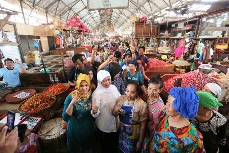SALING SAPA: Calon gubernur Jatim Khofifah Indar Parawansa saat mengunjungi Pasar Pabean, Surabaya.