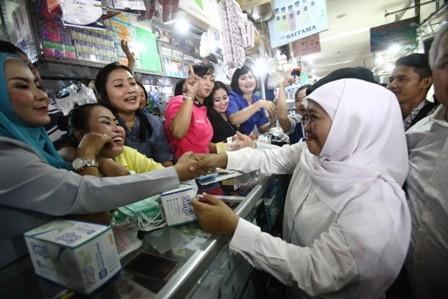 REBUTAN SELFIE: Calon Gubernur Jawa Timur Khofifah Indar Parawansa saat menyapa warga dan pedagang di Pusat Grosir Surabaya (PGS), Senin (7/5).