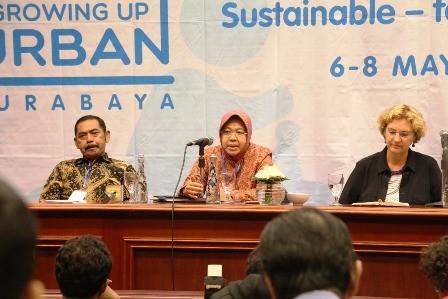 PEDULI: Wali Kota Surabaya Tri Rismaharini (tengah) dalam jumpa pers Growing Up Urban Summit di Hotel JW Marriott, Senin (7/5).