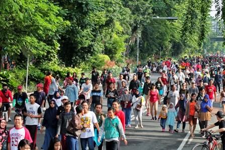 JANGAN JADI AJANG KAMPANYE: Ribuan warga menikmati liburan dengan berjalan-jalan saat Car Free Day di Jalan Raya Darmo.