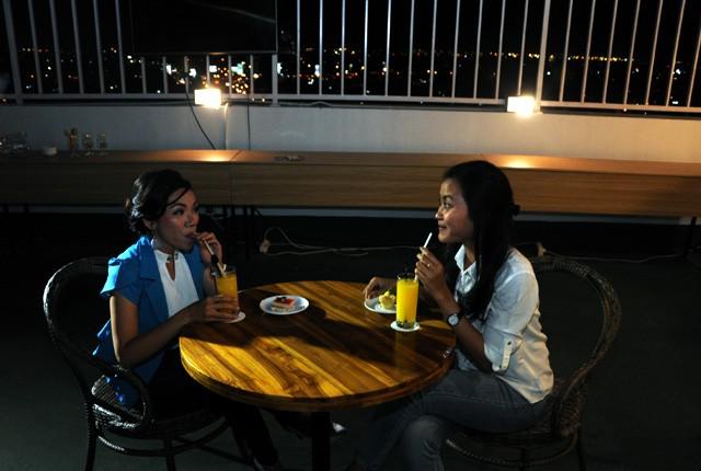 HOMMY: Dua orang pengunjung Sky Lounge Great Diponegoro Hotel menikmati suasana malam kota Surabaya di cafe yang terletak di ketinggian 212 meter, Sen