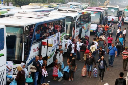ANTUSIAS: Aktivitas mudik gratis yang melibatkan Dinas Perhubungan Jawa Timur digelar tahun lalu di Jalan Frontage Road Barat.