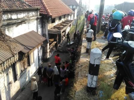 Puluhan warga menyaksikan jenazah Saroji di dekat Jembatan Porong.