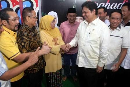 MENUNGGU: Cagub Khofifah Indar Parawansa sudah mendapatkan ucapan selamat dari Ketua Umum DPP Partai Golkar Airlangga Hartarto  di kawasan Jemursari, Surabaya, Kamis (5/7) malam.