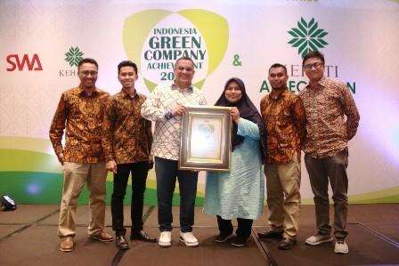 PELOPOR: Manager Communication & CSR Unit Jatim Balinus Rifky Rakhman Yusuf (tiga dari kiri) menerima penghargaan Green Company dalam acara Anugerah Indonesia Green Company Achievement 2018 di Jakarta.