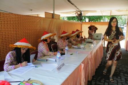 MENARIK: TPS di RW 08 Rungkut Mapan Barat dengan konsep budaya Tionghoa dan pakaian petani dalam Pilgub 2018.