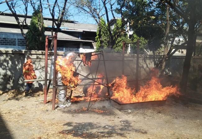 CEKATAN: Tim unit Orong-Orong Romy Sableng Dinas Pemadam Kebakaran Surabaya saat berlatih memadamkan api.