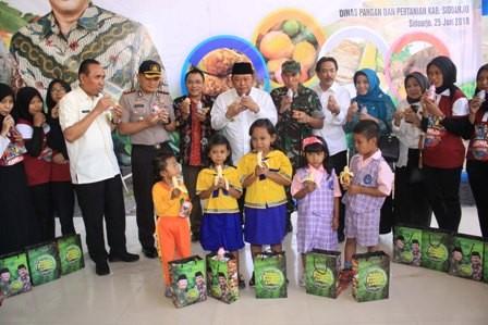 Bupati Saiful Ilah bersama pejabat forkopimda menikmati makanan sehat bersama anak-anak saat peringatan HAN 2018.