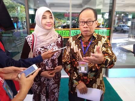 TEMPAT TIDUR SUSUN : Dewan Badan Pengawas Keuangan Haji (BPKH), Suhaji Lestiadi (kanan) gedung baru Asrama Haji Embarkasi Surabaya.