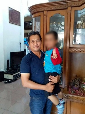BERSAMA AYAH : Farrel digendong ayahnya, Kisman Kurniawan di Jakarta usai ditemui penyidik Polsek Kebomas.
