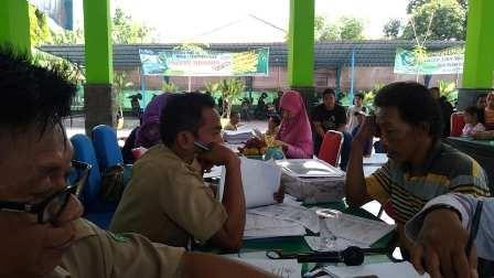 Antrean warga Porong mengurus dokumen kependudukan.