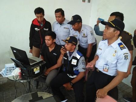CERMATI: Petugas Dishub Surabaya memantau pelanggar dari CCTV e-Tilang yang dimonitor di laptop.
