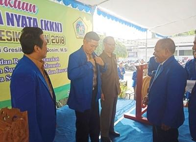 Rektor Unigres, Prof Dr H Sukiyat sedang memberikan almamater kepada  Kapolres Gresik AKBP Wahyu Sri Bintoro (tengah), didampingi Wabub Gresik, Moch Qosim (kiri).