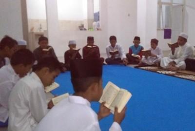 Para siswa Yayasan Darul Islam sedang belajar menghapalkan Alquran di sela-sela pelajaran sekolahnya.