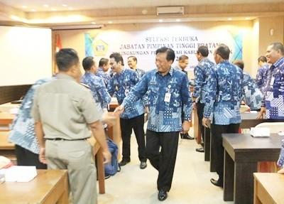 Bupati Sambari usai membuka seleksi jabatan di Kantor Bupati Gresik, kemarin.