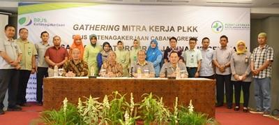 Kepala Kantor Cabang BPJS Ketenagakerjaan Gresik, Ahmad Fauzie Usman berfoto bersama mitra Pusat Pelayanan Kecelakaan Kerja (PLKK) usai kegiatan gathering.