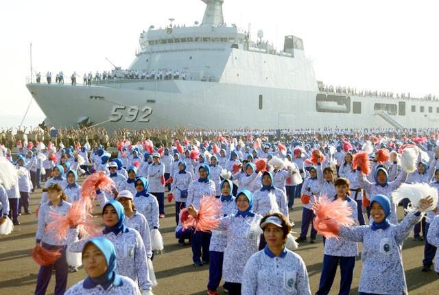 MERIAH: Prajurit TNI gabungan bersama keluarga menari Gemu Famire secara serentak di Dermaga Madura, Koarmada II, Surabaya, Rabu (4/9). Selain di Sura