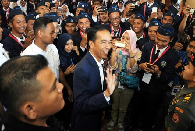 MENYAPA: Presiden Indonesia Joko Widodo bersama para mahasiswa baru usai memberi kuliah umum Wawasan Kebangsaan dan membuka Rapat Koordinasi Nasional