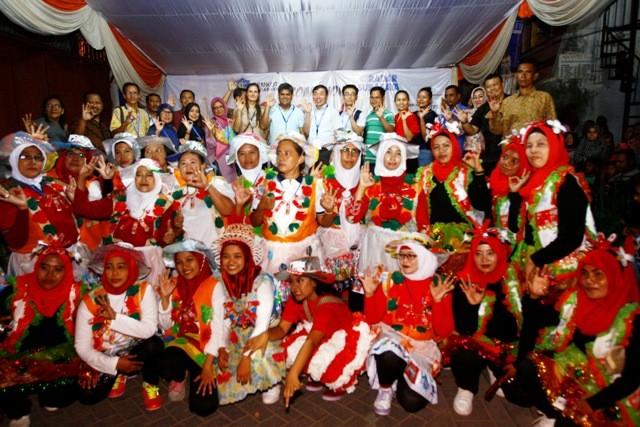 ANTUSIAS: Perwakilan delegasi UCLG Aspac 2018 foto bersama dengan kader lingkungan saat mengunjungi kegiatan roadshow Merdeka Dari Sampah 2018 di Kecamatan Bubutan Surabaya.