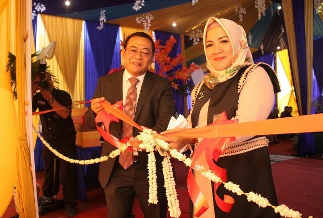 SELAMAT: Pengguntingan pita oleh Direktur Utama  The Quality Group Hj. Nur Hayati SE, MM. didamping suami Ir H. Edy Purwanto sekaligus sebagai Direktur Proyek The Quality Group.