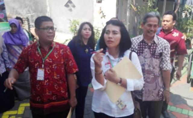 DISKUSI: TIM juri KP-KAS 2018 saat melakukan penilaian lapangan di wilayah RW 02 Kelurahan Tembok Dukuh.