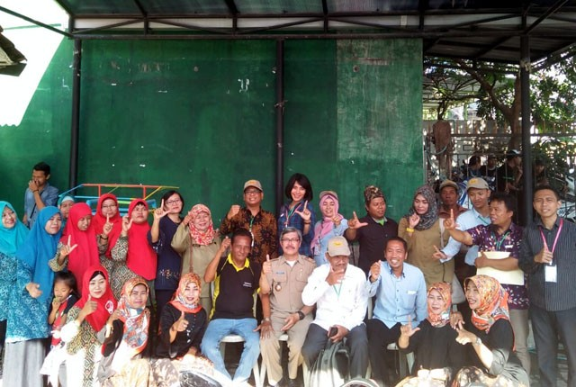 SALAM LITERASI: Lurah Lontar Drs Henny Boedi Setiawan (tengah) didampingi Ketua RW 01 H Ahmadun bersama warga siap menyukseskan KP-KAS.