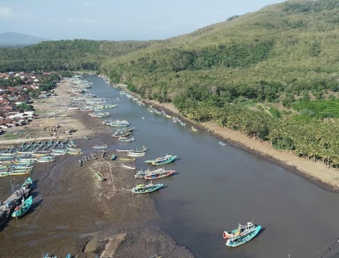 RAWAN SEDIMENTASI: Kondisi kolam Pelabuhan Perikanan Puger, Jember.