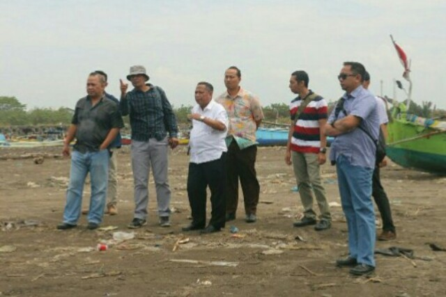 TINJAU: Kepala Bidang Perikanan Tangkap Dinas Kelautan dan Perikanan Provinsi Jawa Timur Ir Moh. Gunawan Saleh, MM (tiga dari kiri)didampingi Kepala Seksi Kepelabuhan Perikanan Siswanto,S.Pi, MM (dua dari kiri) saat meninjau ke UPT P2SKP Puger, Jember, Kamis (20/9).