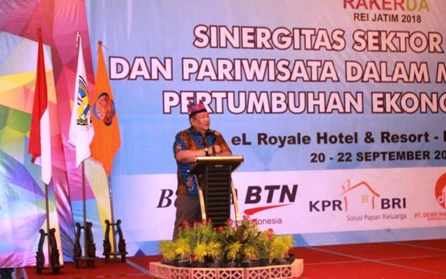 SAMBUTAN: Ketua DPD REI Jatim Danny Wahid memberikan kata sambutan pembukaan Rakerda.
