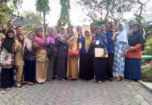 PEDULI PENDIDIKAN: Ibu-ibu penggerak literasi di RW 07 Kelurahan Sambikerep.