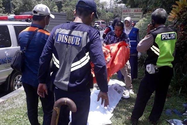MUSIBAH: Jasad Basuki saat dievakuasi ke Rumah Sakit Umum (RSU) dr Soetomo, Surabaya.