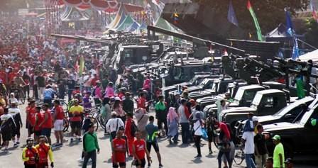PENUH: Keramaian masyarakat saat menghadiri HUT TNI ke 73 di Koarmada II Ujung, Surabaya.