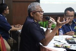 PAPARAN : Kepala KPPBC Gresik Indra Gautama saat memberikan paparan rencana Bea Cukai Expo kepada perwakilan industri.