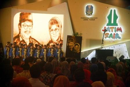 KEJUTAN : Lukisan pasir karya Vina Candrawati Agustin yang dipersembahkan buat Gubernur Jawa Timur, Dr. H. Soekarwo.