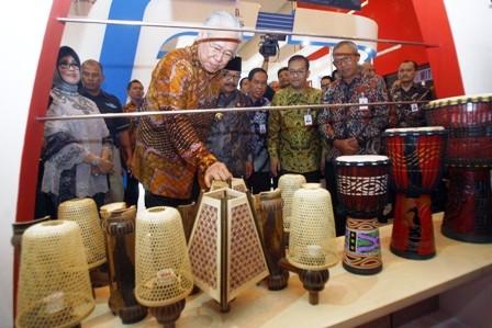 BERKUALITAS: Menteri Perdagangan, Drs. Enggartiasto Lukita bersama Gubernur Jawa Timur, Dr. H. Soekarwo dan Ketua Dekranasda Jatim, Dra.Hj. Nina Kirana Soekarwo saat mengunjungi UKM Bank Jatim.