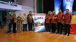 Bisnis Baru : Komisaris Utama PT Petrosida Gresik, Meinu Sadariyo (lima dari kiri) berfoto bersama jajaran direksi dan pemegang saham PT Petrosida Gresik usai menandatangani karung pupuk Tiara.