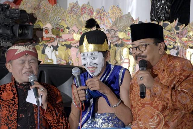 BUDAYA: Pakde Karwo saat hadiri acara pagelaran wayang kulit 'Wahyu Katentreman', dalam rangka Hari Jadi Provinsi Jatim ke-73.