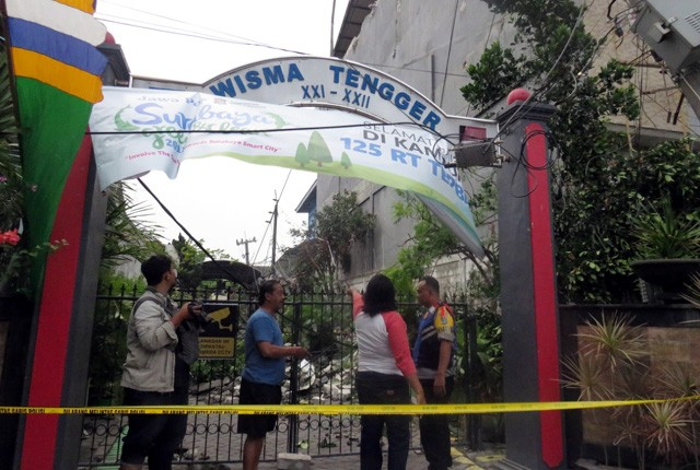 TELAN KORBAN: Lokasi kejadian reruntuhan tembok yang menimpa warga di Jalan Wisma Tengger XXI-XXII, Kandangan, Benowo.