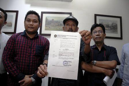 GUGAT BAWASLU: Sejumlah mantan anggota Panwaslu Jatim menunjukkan surat gugatan kepada Bawaslu Jatim.