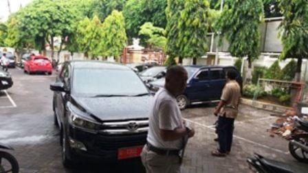 MOBDIN BARU: Staf Setwan DPRD Gresik melakukan perawatan mobil operasional baru jenis Toyota Innova.