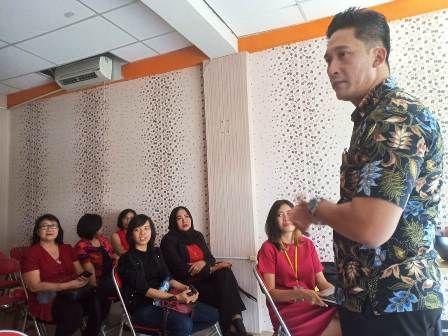 BERI MOTIVASI: Jaka Pratama menjadi pembicara dalam business meeting FM World Indonesia yang berlangsung di Ruko Tower B 108-2018 Apartemen Metropolis, Sabtu (10/11)