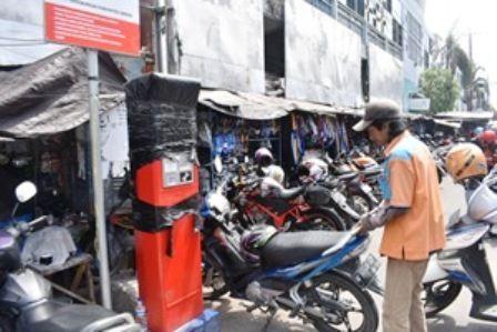 E-PARKIR: Penerapan system e-parkir di kawasan Pasar Kota Gresik masih belum optimal karena jukir ogah-ogahan.