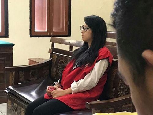 TERDAKWA: I Melda Citra Anggraini, 30, duduk di kursi pesakitan PN Surabaya.