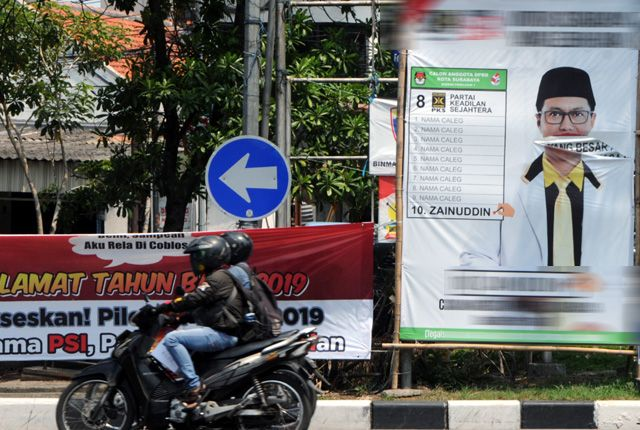 JANGAN DIRUSAK: Salah satu APK milik caleg yang berada di kawasan Perak Barat, Surabaya, diduga menjadi korban vandalisme oleh orang tak bertanggung j