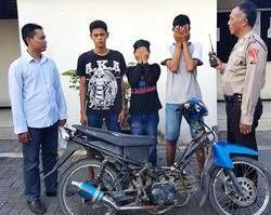 DIAMANKAN: Ketiga tersangka beserta BB motor diamankan anggota Reskrim Polsek Driyorejo.