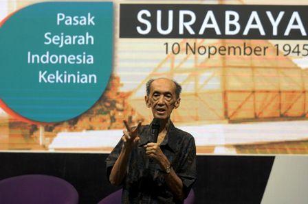 BEDAH BUKU: Pengarang buku Pasak Sejarah Indonesia Kekinian, Johan Silas, saat menjawab pertanyaan pengunjung yang menghadiri acara bedah buku dan pameran foto di Ciputra World Surabaya, Rabu (21/11).